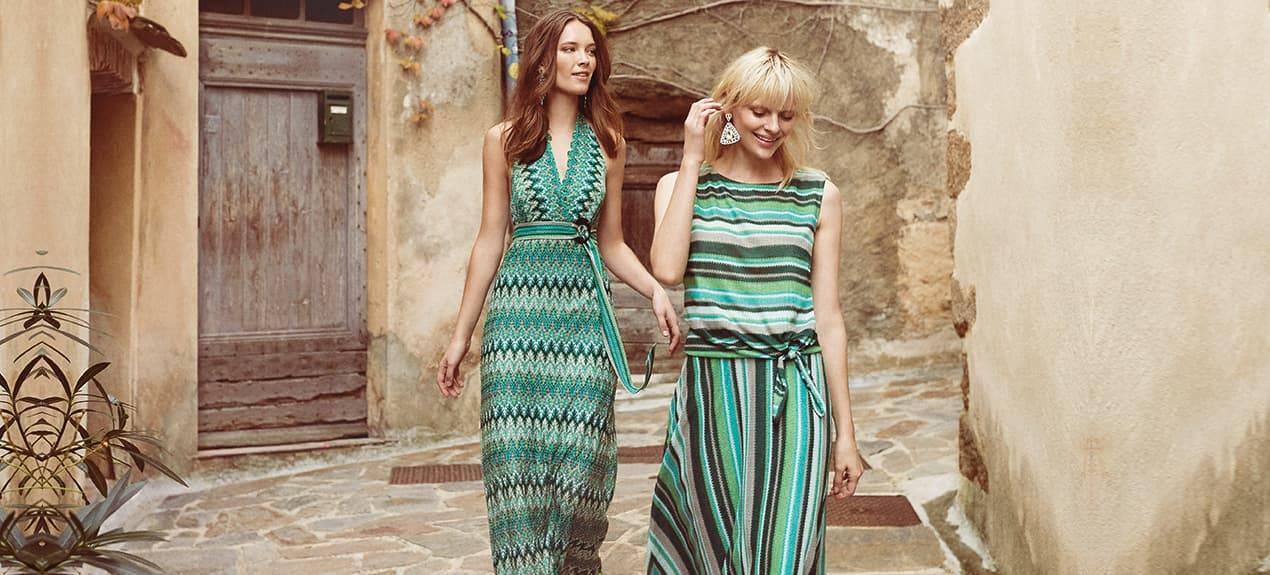 Zwei Models tragen Grüne Streifenkleider