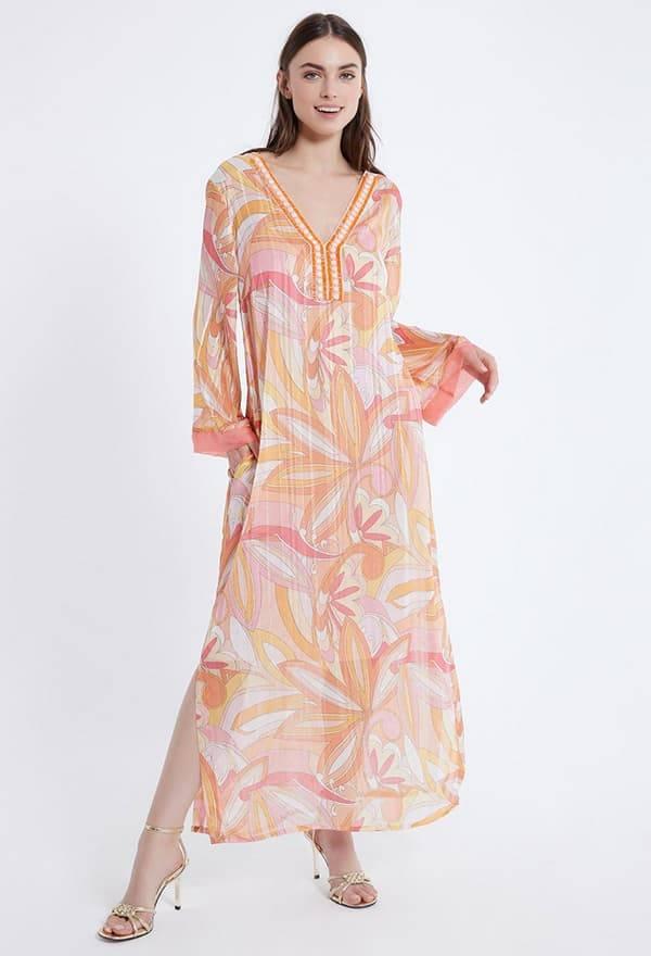 Model trägt Kleid mit tiefem B-Ausschnitt