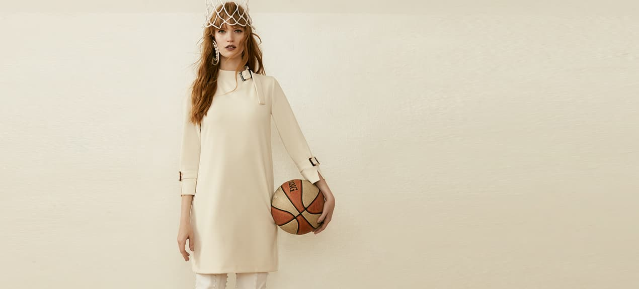 Model trägt weißes Winterkleid