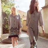 Ein Model trägt Blusenkleid mit Ethnoprint. Zweites Model trägt Sommer-Overall im Ethno-Print