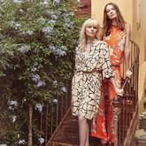 Ein Model trägt Animalprint Wickelkleid. Zweites Model trägt Zweiteiler aus Top und Marlenehose in Orange mit Blütenprint.