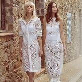 Zwei Models tragen weiße Spitzenkleider für Hochzeit oder Feier.