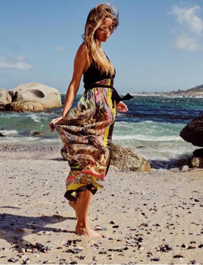 Model mit Maxi-Seidenkleid am Strand und Model mit Seidentunika mit Paisleyprint