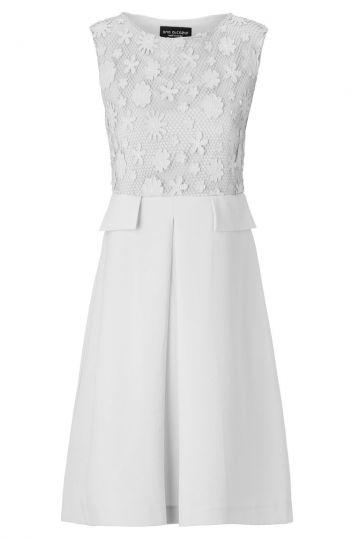 Weißes Empirekleid Aurowy mit Blütenschmuck