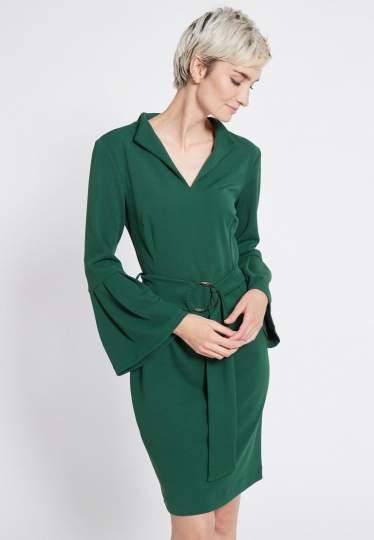 Vorderansicht von Ana Alcazar Gürtel Kleid Romys Grün  angezogen an Model