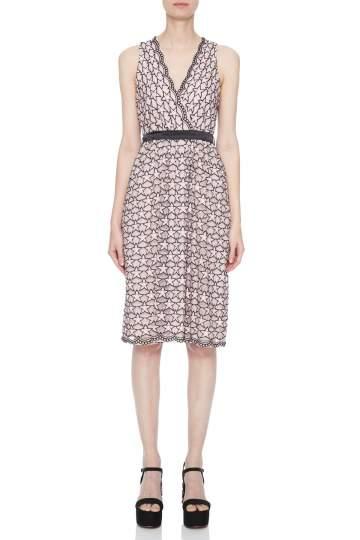 Vorderansicht von Ana Alcazar Limited Edition Spitzenkleid Nimah  angezogen an Model