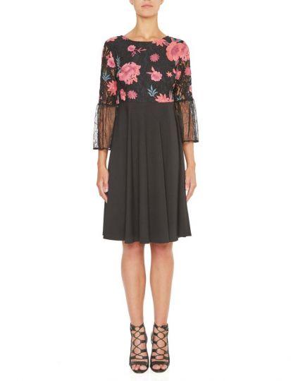 Vorderansicht von Ana Alcazar Empire Kleid Keyflores  angezogen an Model
