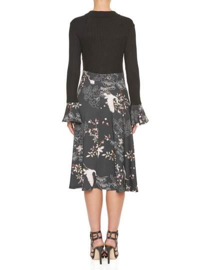 Rückansicht von Ana Alcazar Empire Kleid Kimella  angezogen an Model