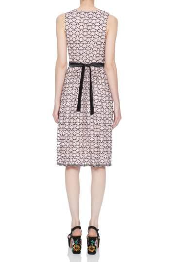 Rückansicht von Ana Alcazar Limited Edition Spitzenkleid Nimah  angezogen an Model