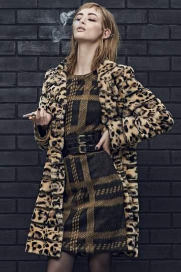 Rückansicht von Ana Alcazar Kunstfell Mantel Doleo  angezogen an Model