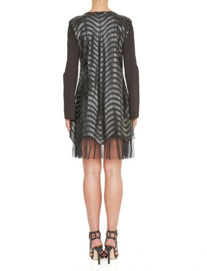 Rückansicht von Ana Alcazar Kunstleder Kleid Kewave  angezogen an Model