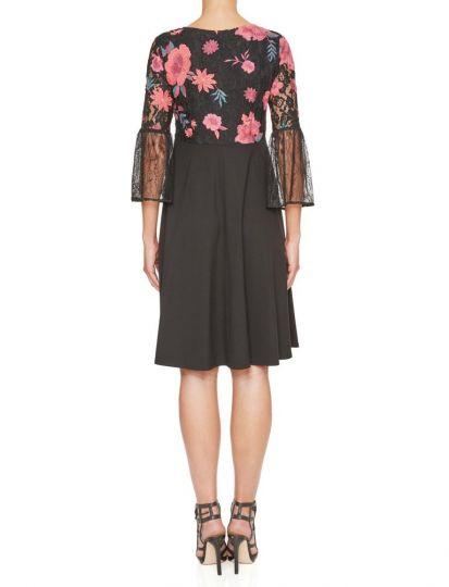 Rückansicht von Ana Alcazar Empire Kleid Keyflores  angezogen an Model