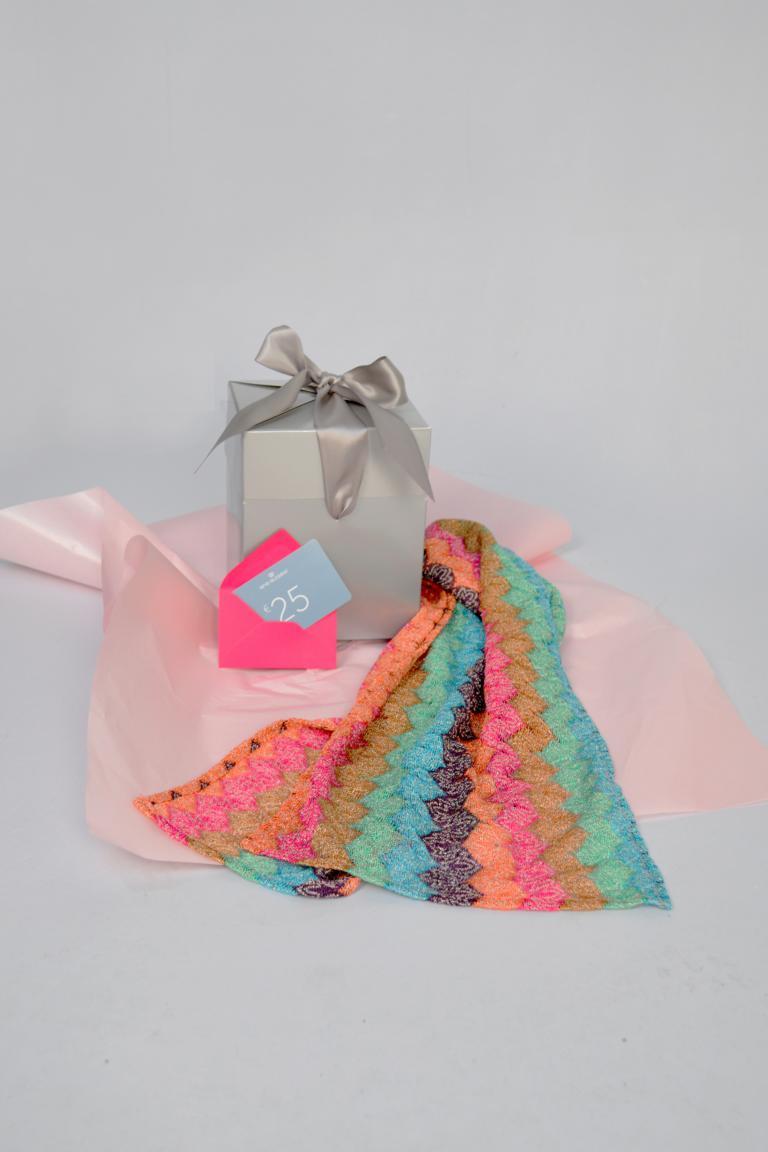 Rear view of ana alcazar Gift Set Newyo