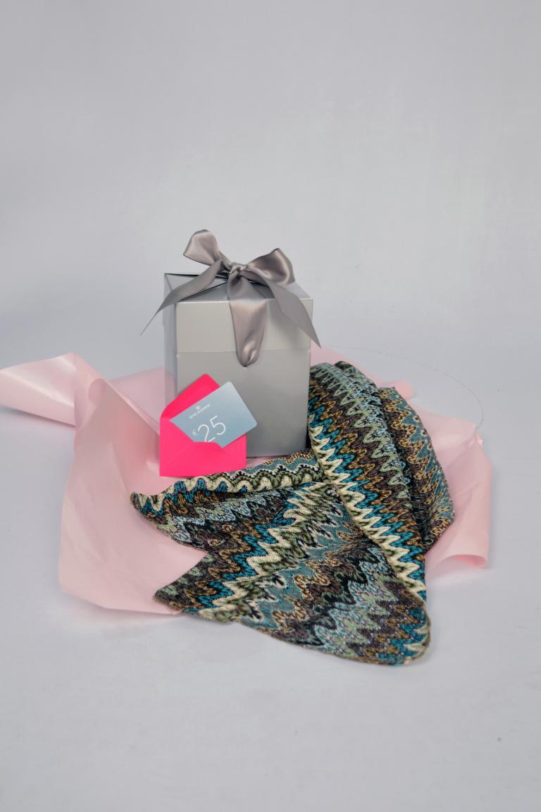 Rear view of ana alcazar Gift Set Nepholy