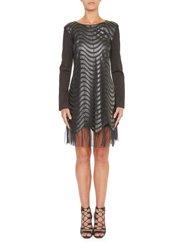 Vorderansicht von Ana Alcazar Kunstleder Kleid Kewave  angezogen an Model