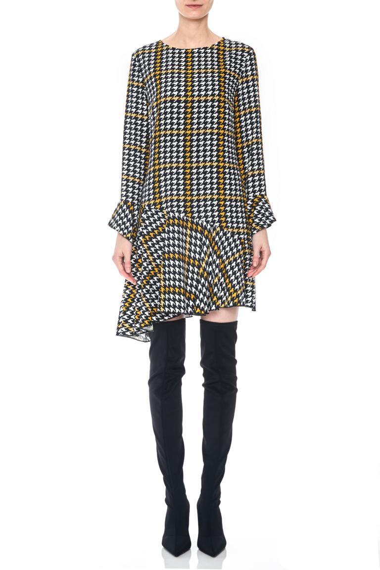 Vorderansicht von Ana Alcazar Limited Asymmetrisches Kleid Omaiza  angezogen an Model