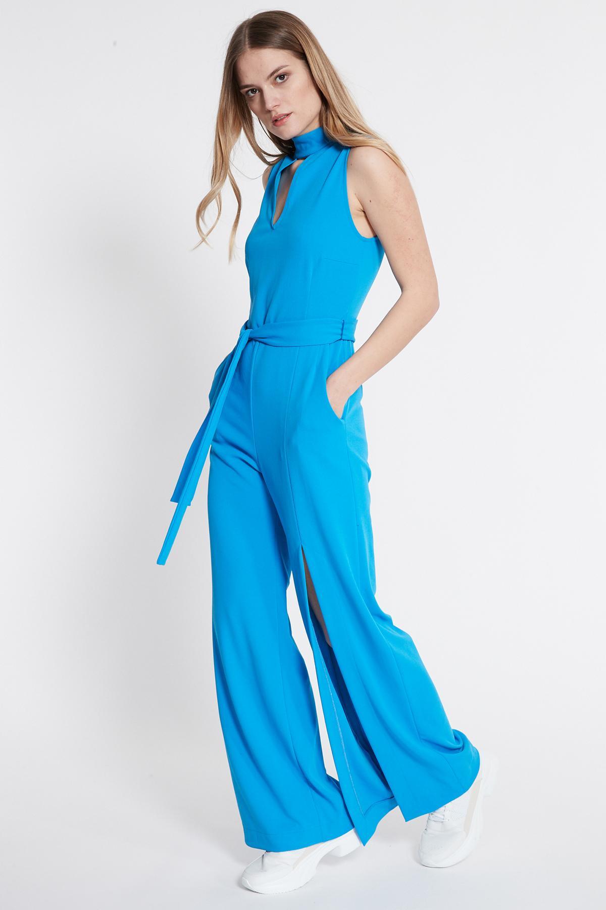 Vorderansicht von Ana Alcazar Jumpsuit Sawis Blau  angezogen an Model
