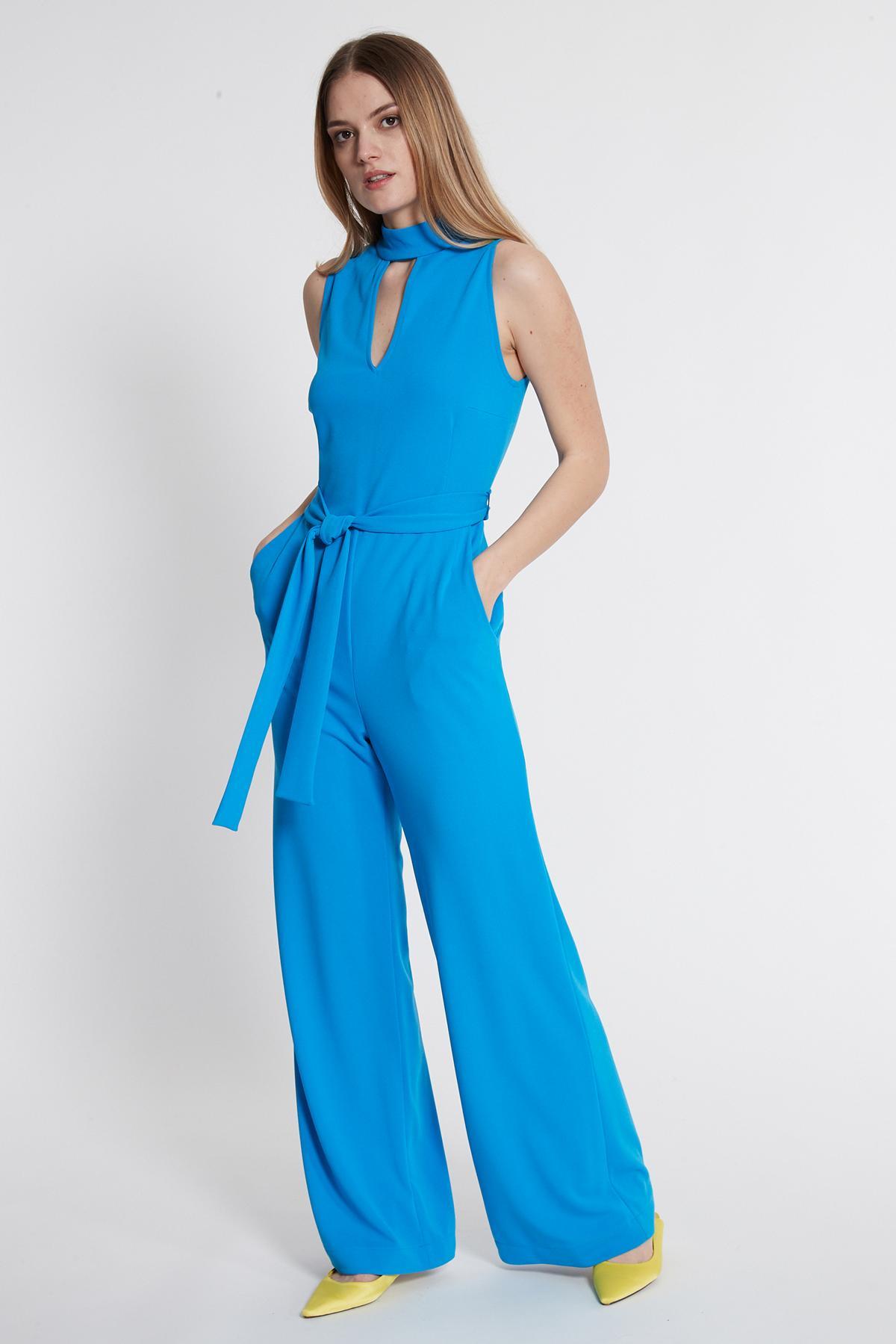 Vorderansicht von Ana Alcazar Jumpsuit Sawais Blau  angezogen an Model