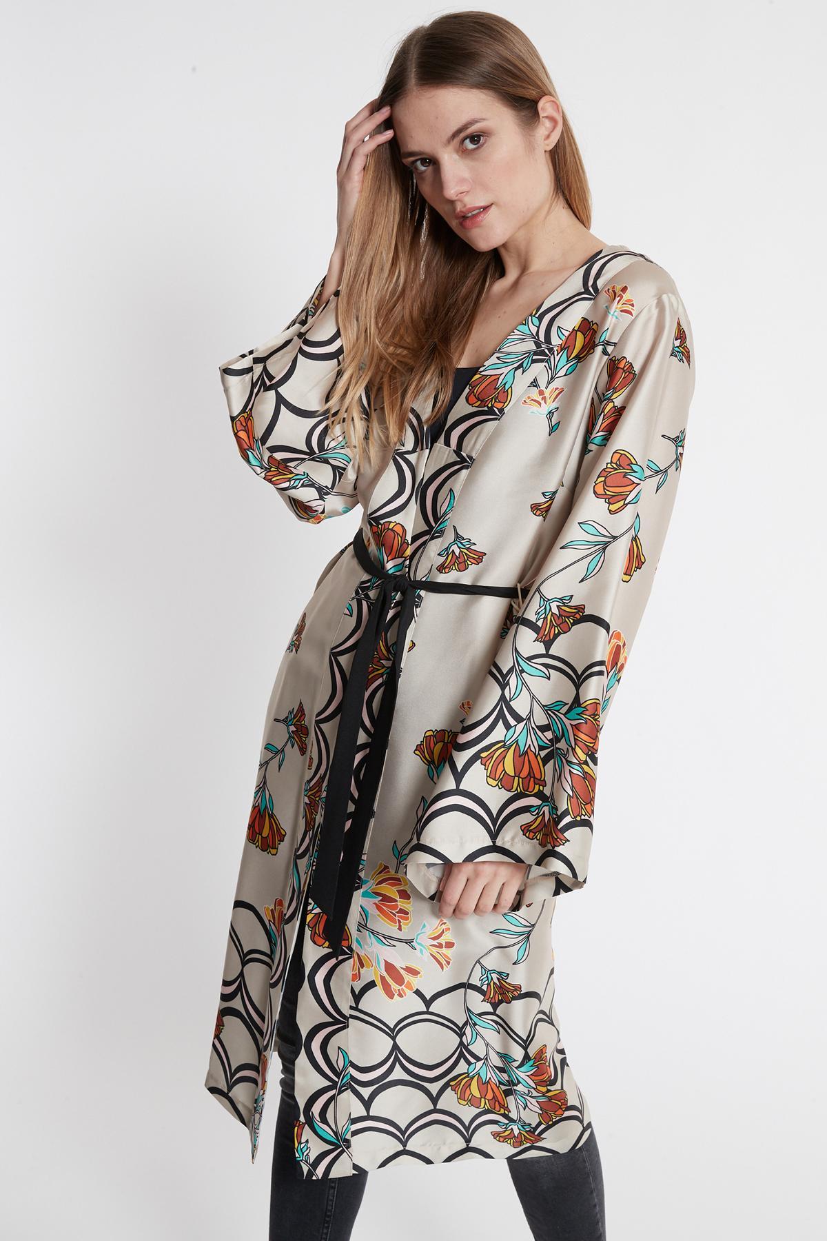Vorderansicht von Ana Alcazar Kimono Sefomea Beige  angezogen an Model
