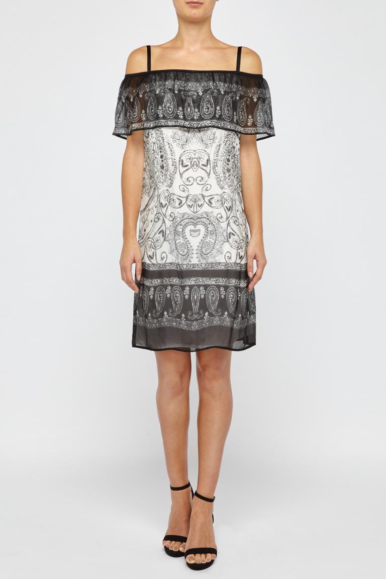 Vorderansicht von Ana Alcazar Off-Shoulder Kleid Fyadora  angezogen an Model