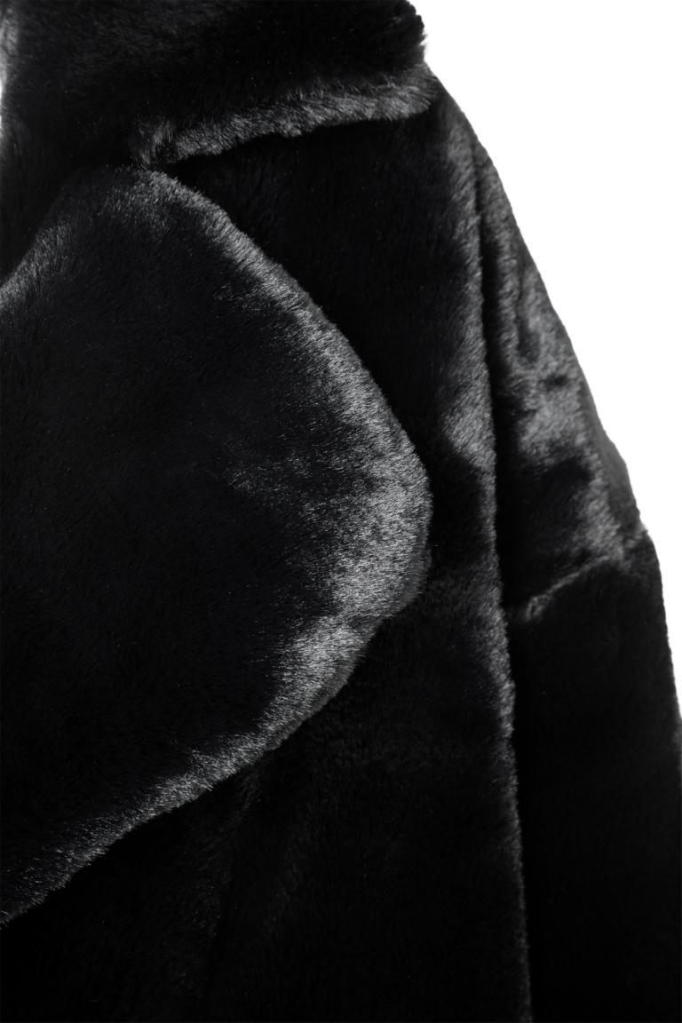 Vorderansicht von Ana Alcazar Fake Fur Mantel Oriana Schwarz  angezogen an Model