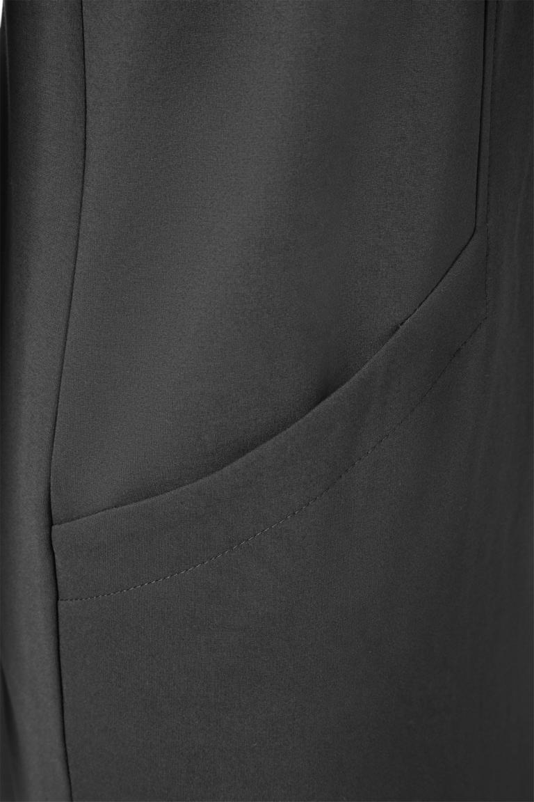 Vorderansicht von Ana Alcazar Kleid mit Taschen Ozora Schwarz  angezogen an Model