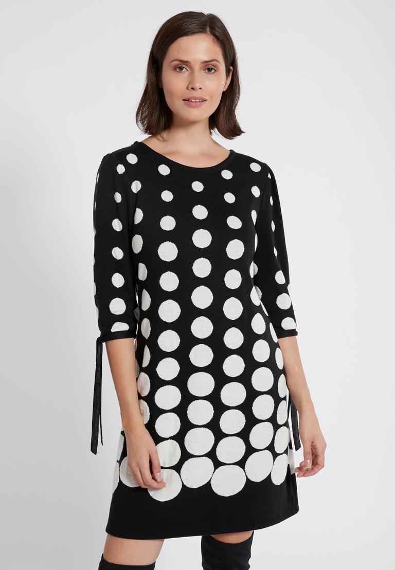 Vorderansicht von Ana Alcazar Ärmel Kleid  Palmara Schwarz-Weiß  angezogen an Model