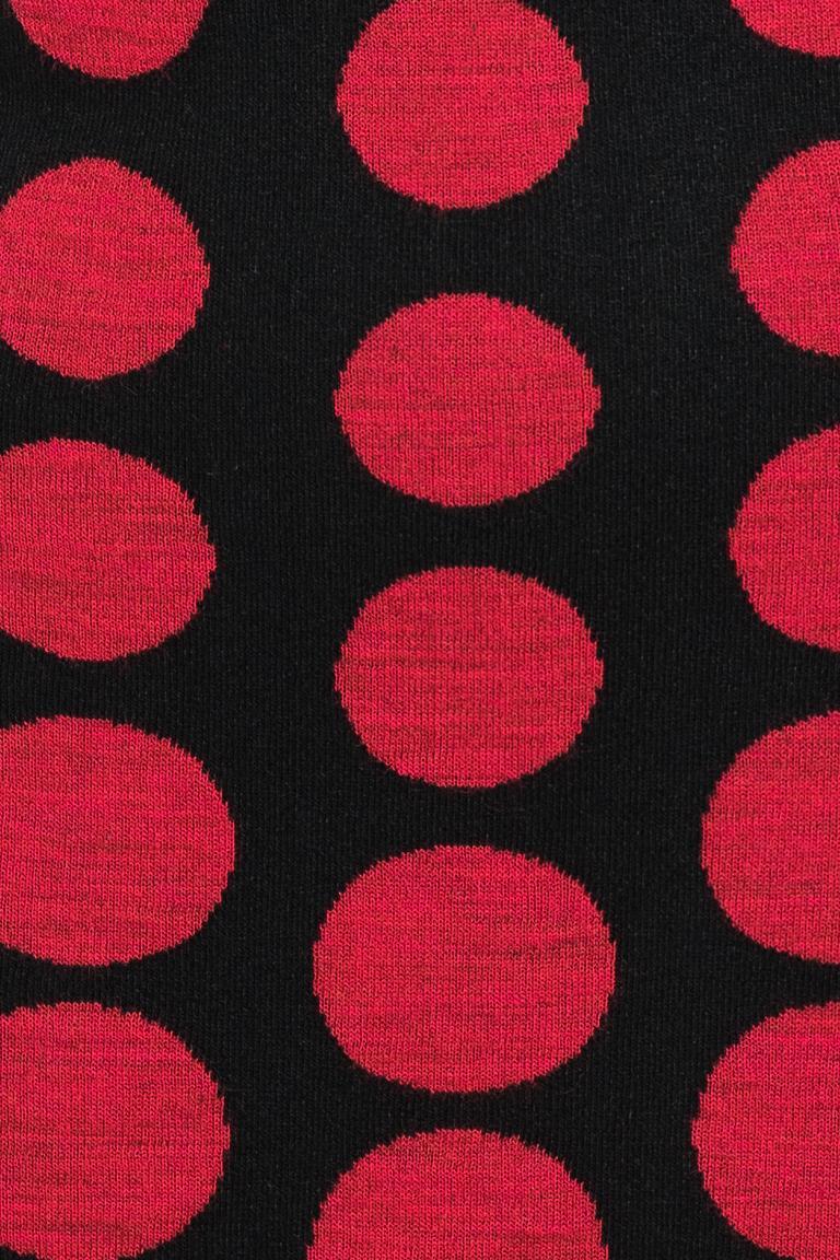 Vorderansicht von Ana Alcazar Schleifen Kleid Peiky Schwarz-Rot  angezogen an Model