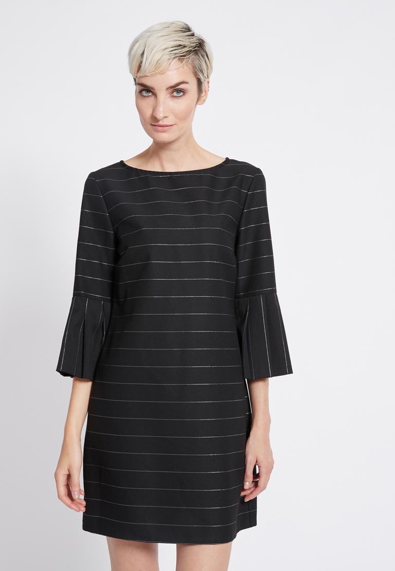 Vorderansicht von Ana Alcazar Volantärmel Kleid Rona  angezogen an Model