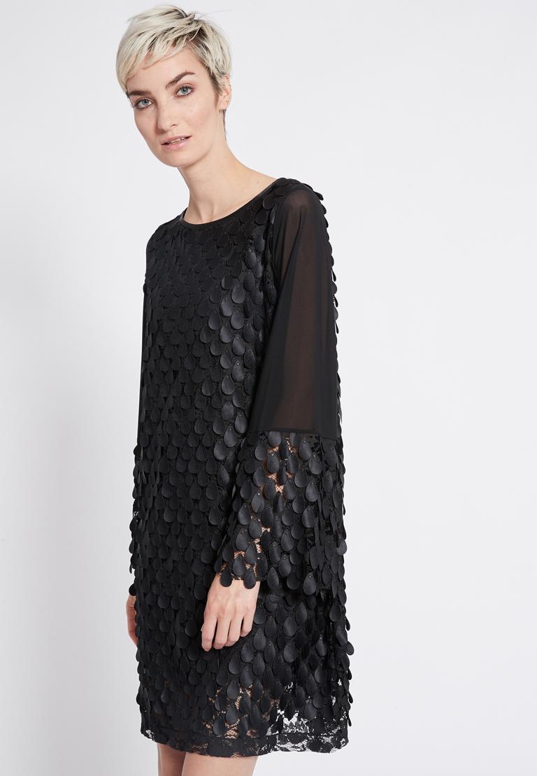Vorderansicht von Ana Alcazar Langarm Kleid Rikyas  angezogen an Model