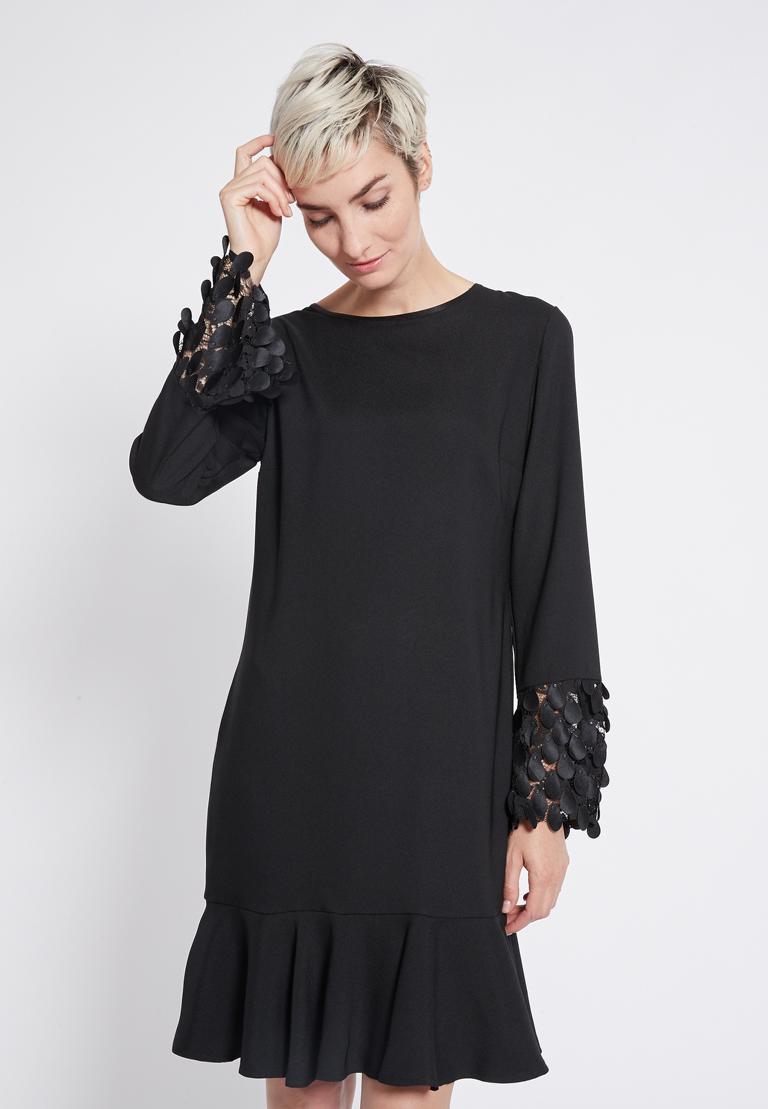Vorderansicht von Ana Alcazar Volant Kleid Rikea  angezogen an Model