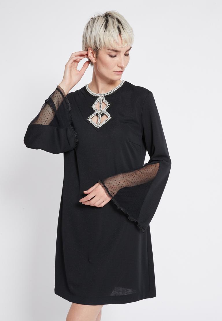 Vorderansicht von Ana Alcazar Perlen Kleid Revitys  angezogen an Model
