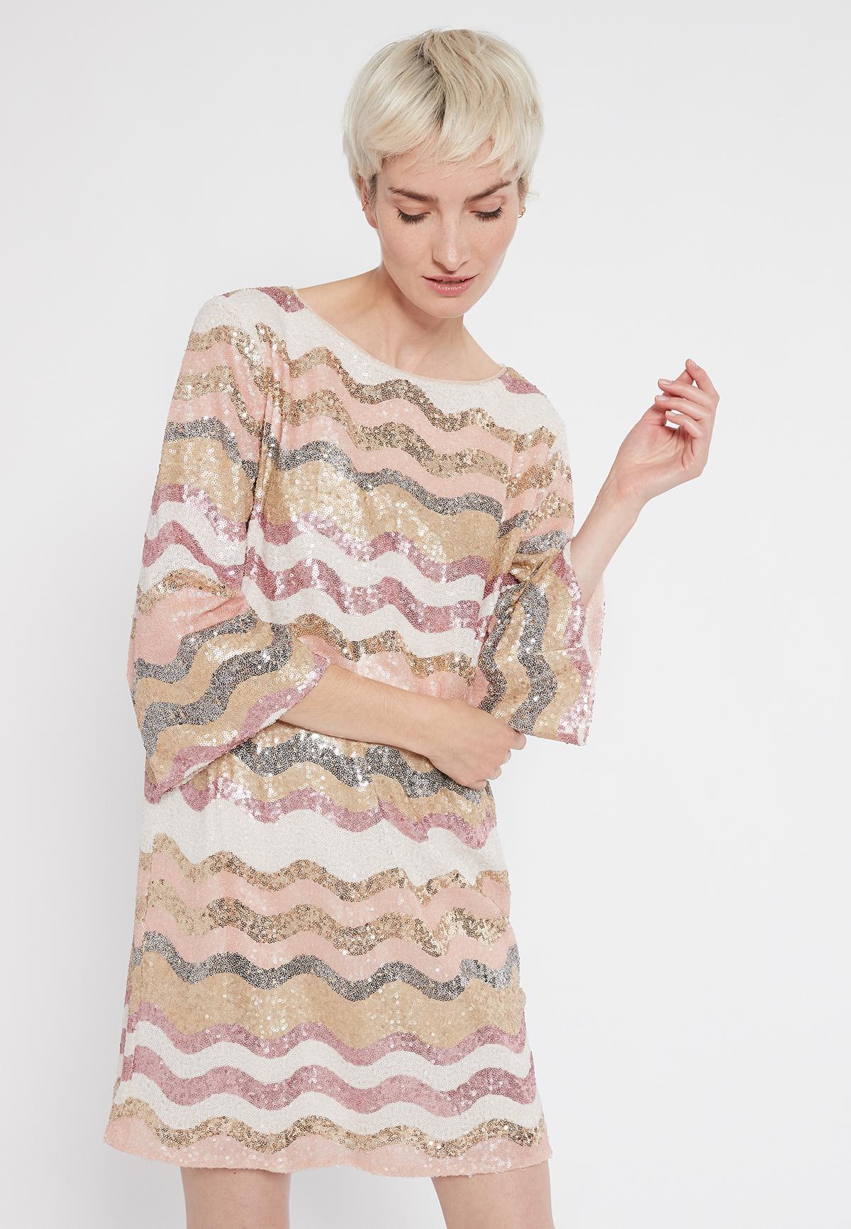 Vorderansicht von Ana Alcazar Overszize Kleid Sabylea  angezogen an Model