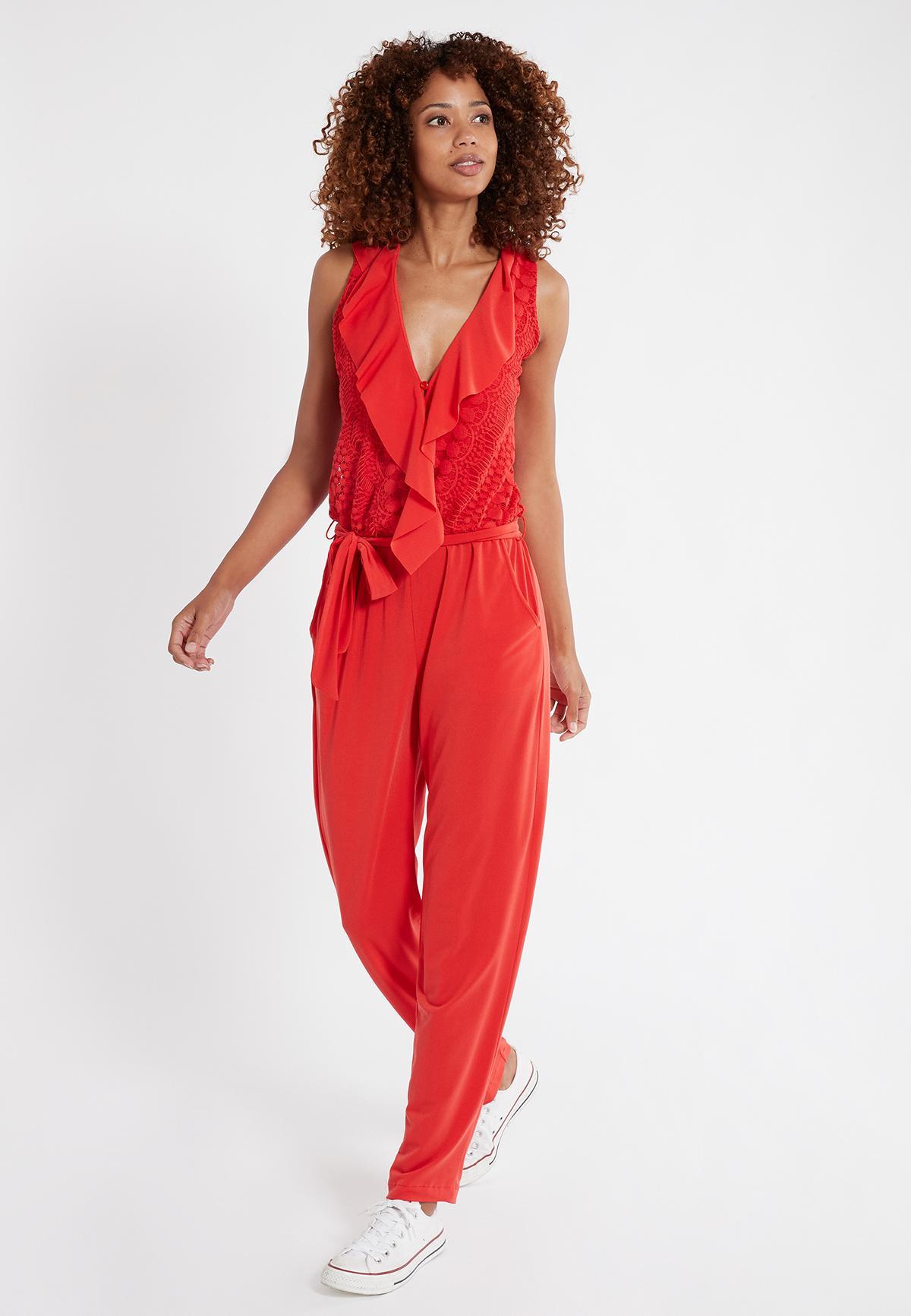 Vorderansicht von Ana Alcazar Jumpsuit Saoty Rot  angezogen an Model