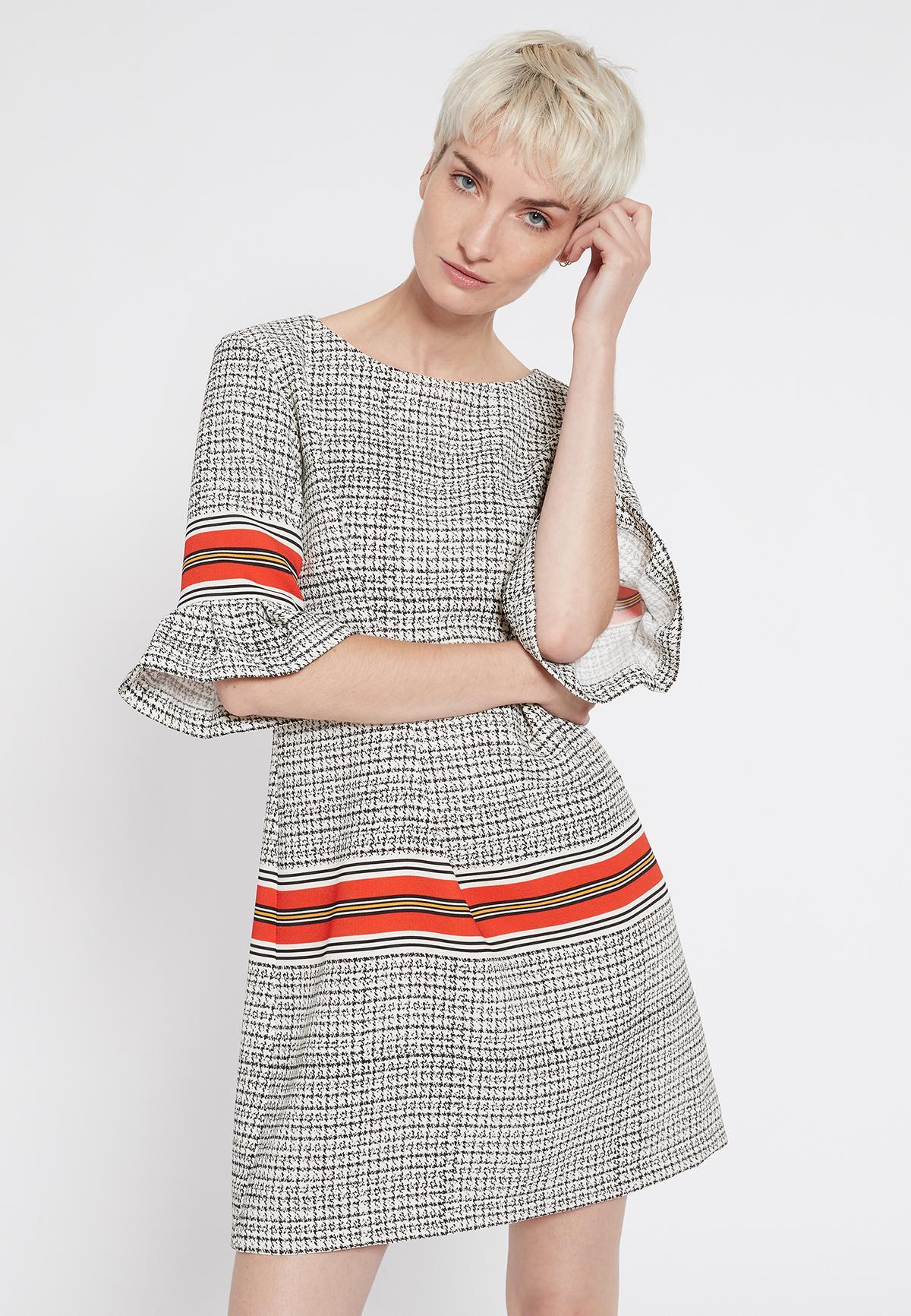 Vooraanzicht van Ana Alcazar Korte Mouwen Jurk Sebrosa  gedragen per model