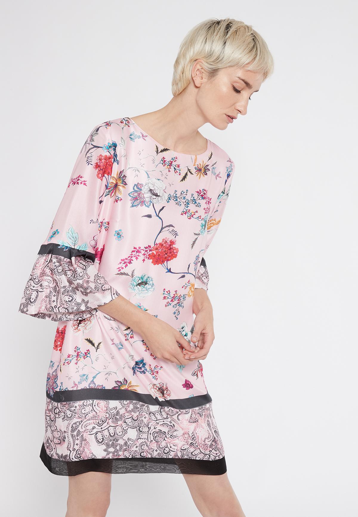 Vorderansicht von Ana Alcazar Volantarm Kleid Sealys  angezogen an Model