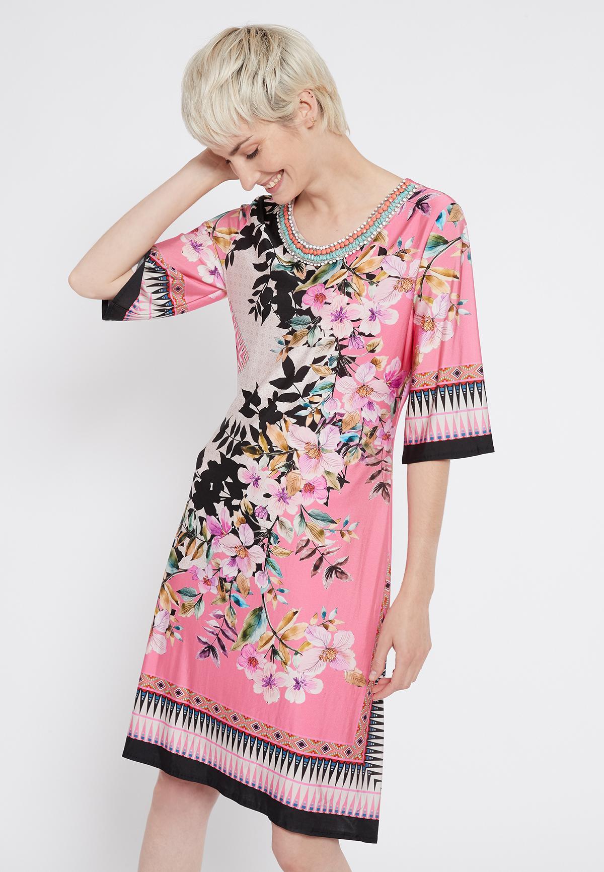 Vooraanzicht van Ana Alcazar Korte Mouw Jurk Shepsy  gedragen per model
