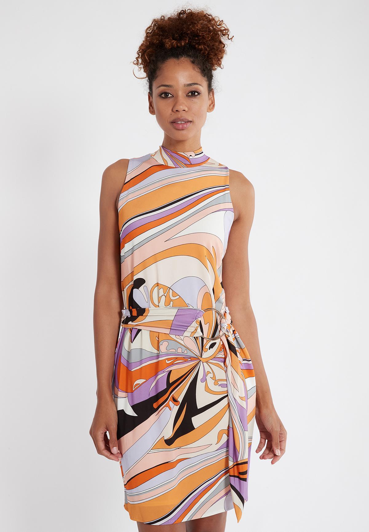 Vorderansicht von Ana Alcazar Gürtel Kleid Simpla  angezogen an Model