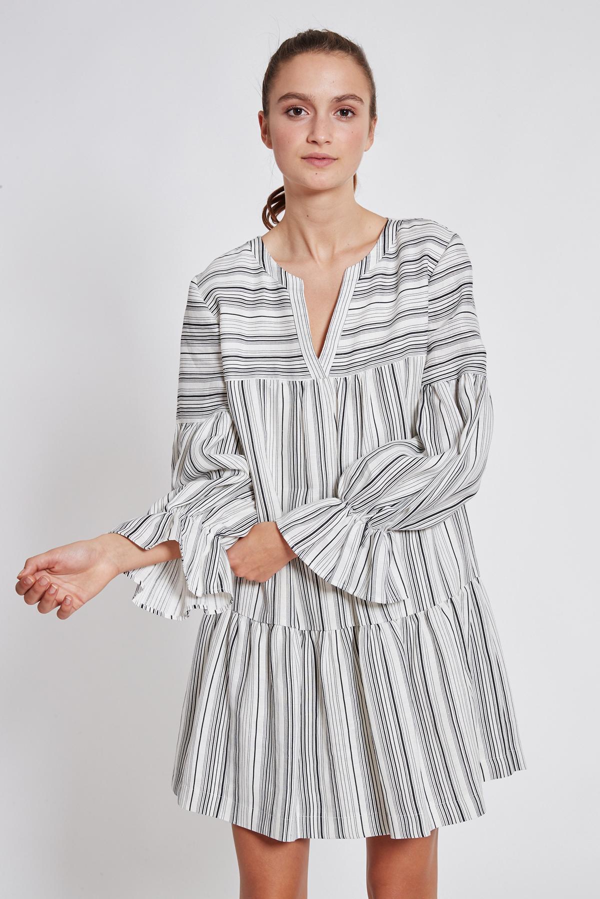 Vooraanzicht van Ana Alcazar Wijde Jurk Takyna  gedragen per model
