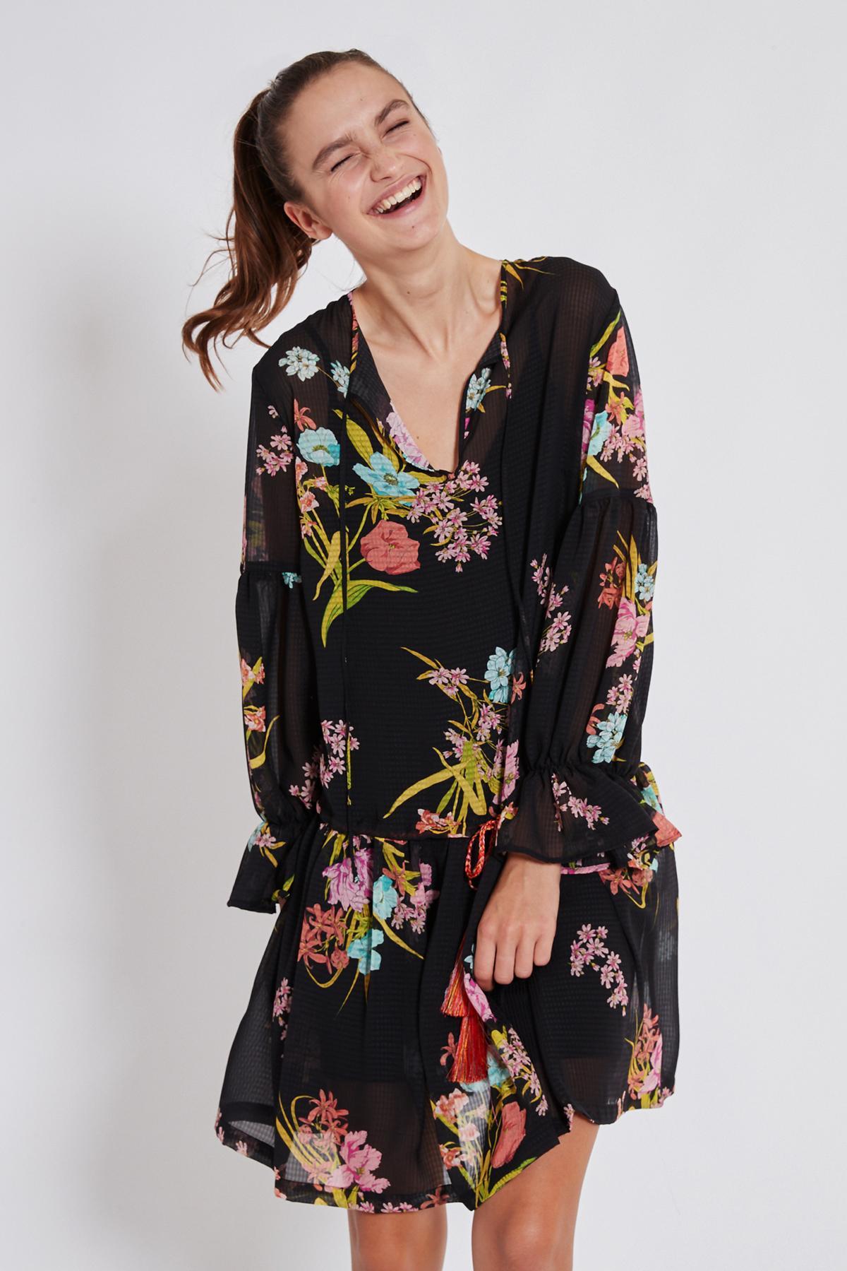 Vorderansicht von Ana Alcazar Romantik Kleid Tamyde  angezogen an Model