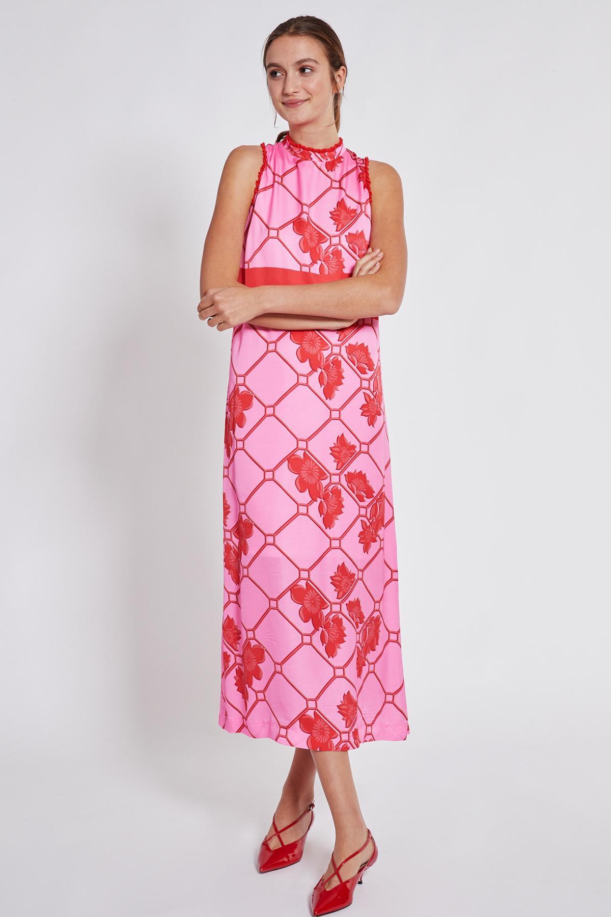 Vorderansicht von Ana Alcazar Maxi Kleid Tebone  angezogen an Model