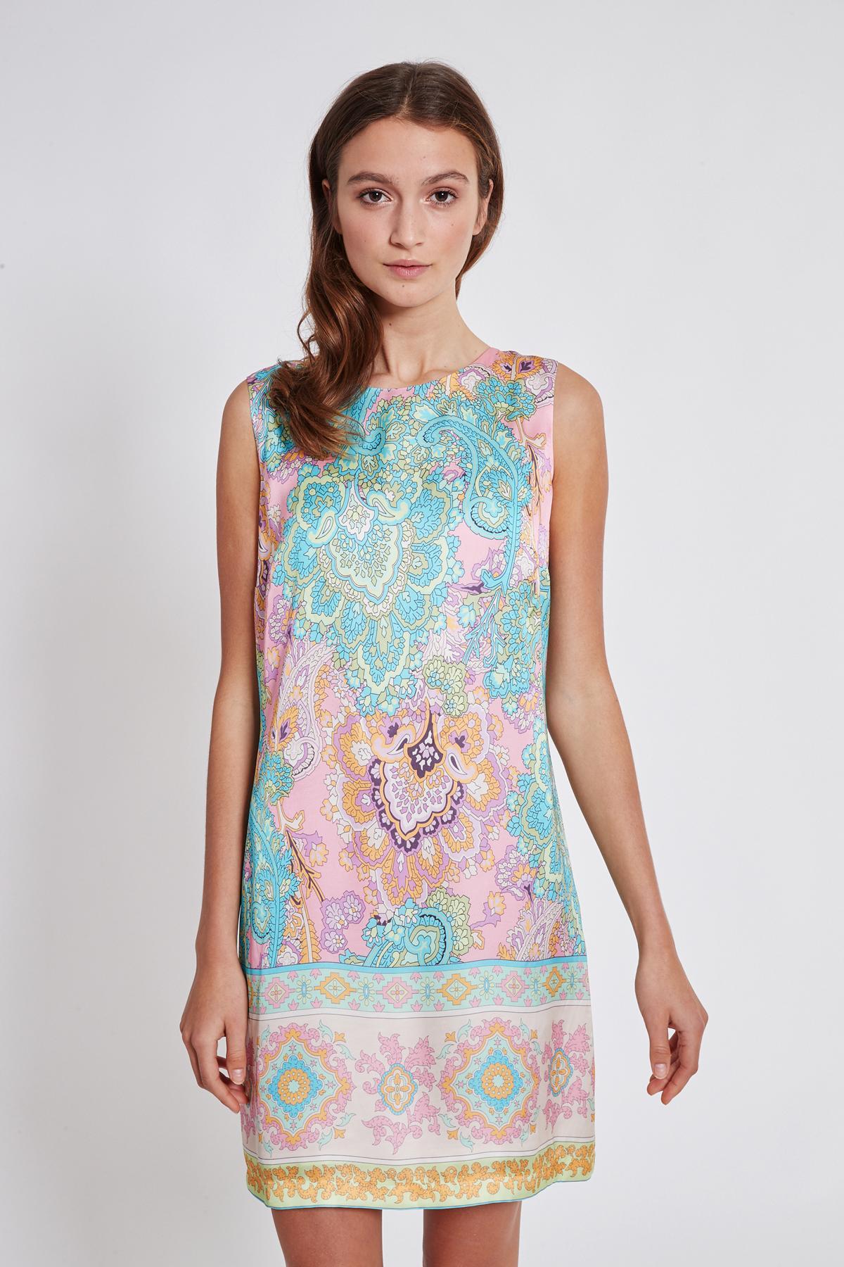 Vorderansicht von Ana Alcazar Schleifen Kleid Tedora  angezogen an Model