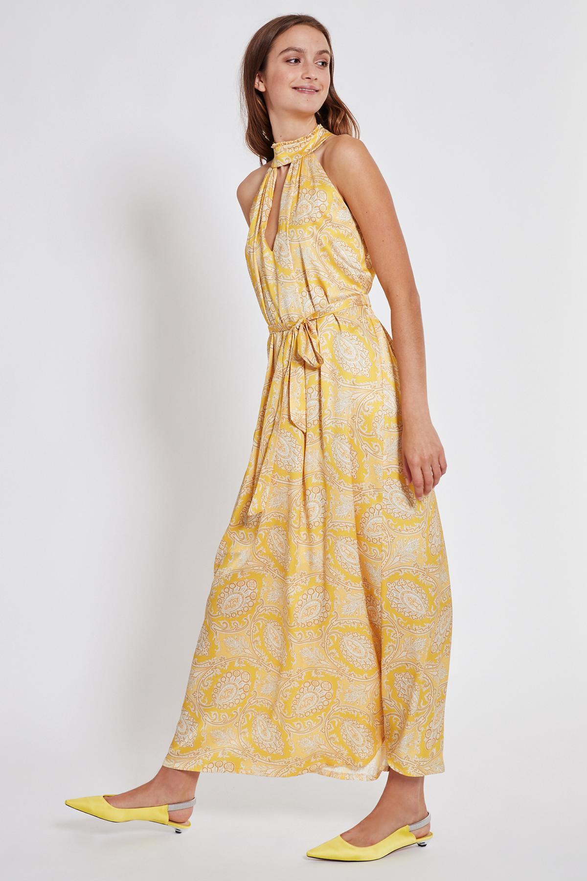 Vorderansicht von Ana Alcazar Maxi Kleid Tefamy Gelb  angezogen an Model