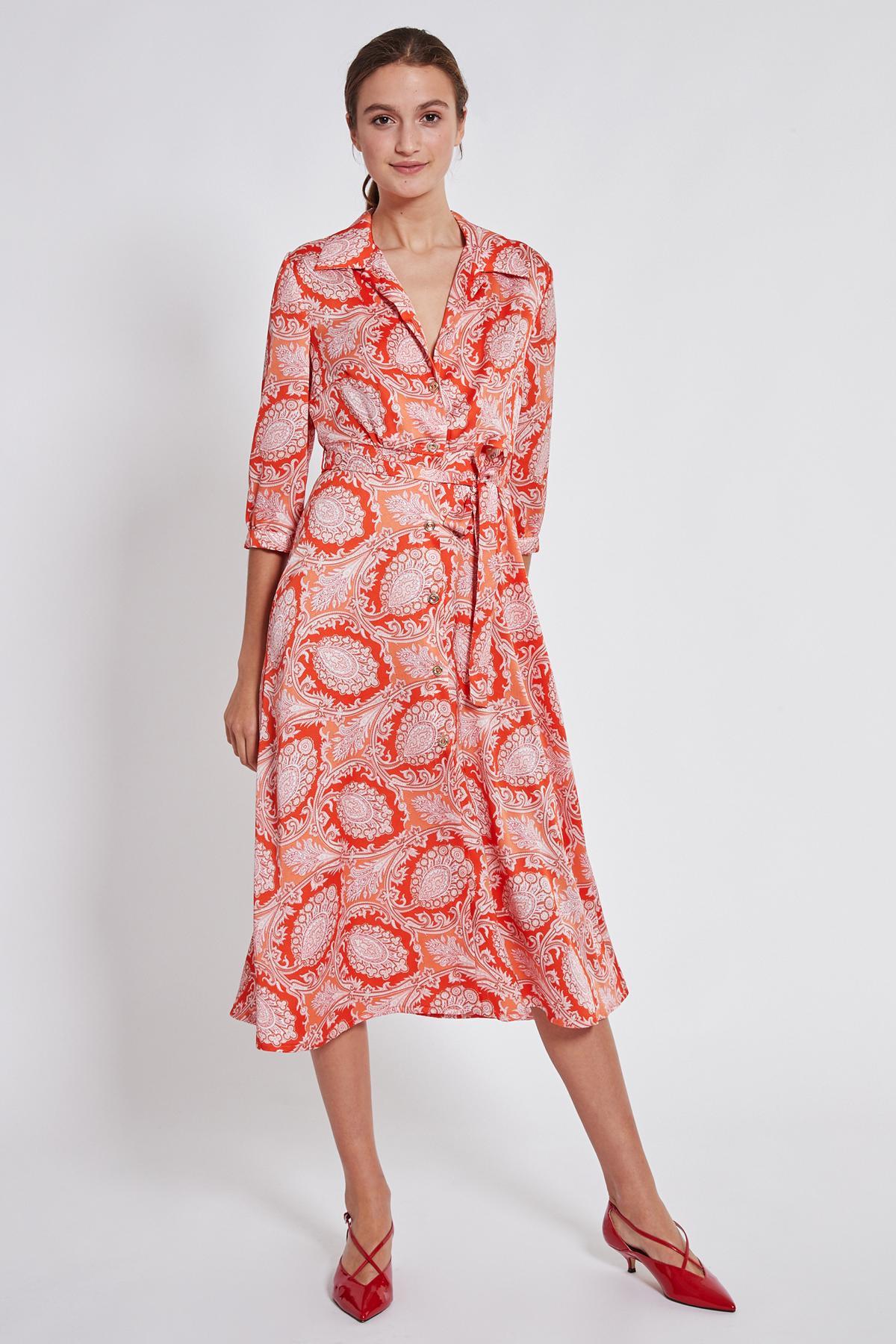 Vorderansicht von Ana Alcazar Midi Kleid Tefrole Rot  angezogen an Model