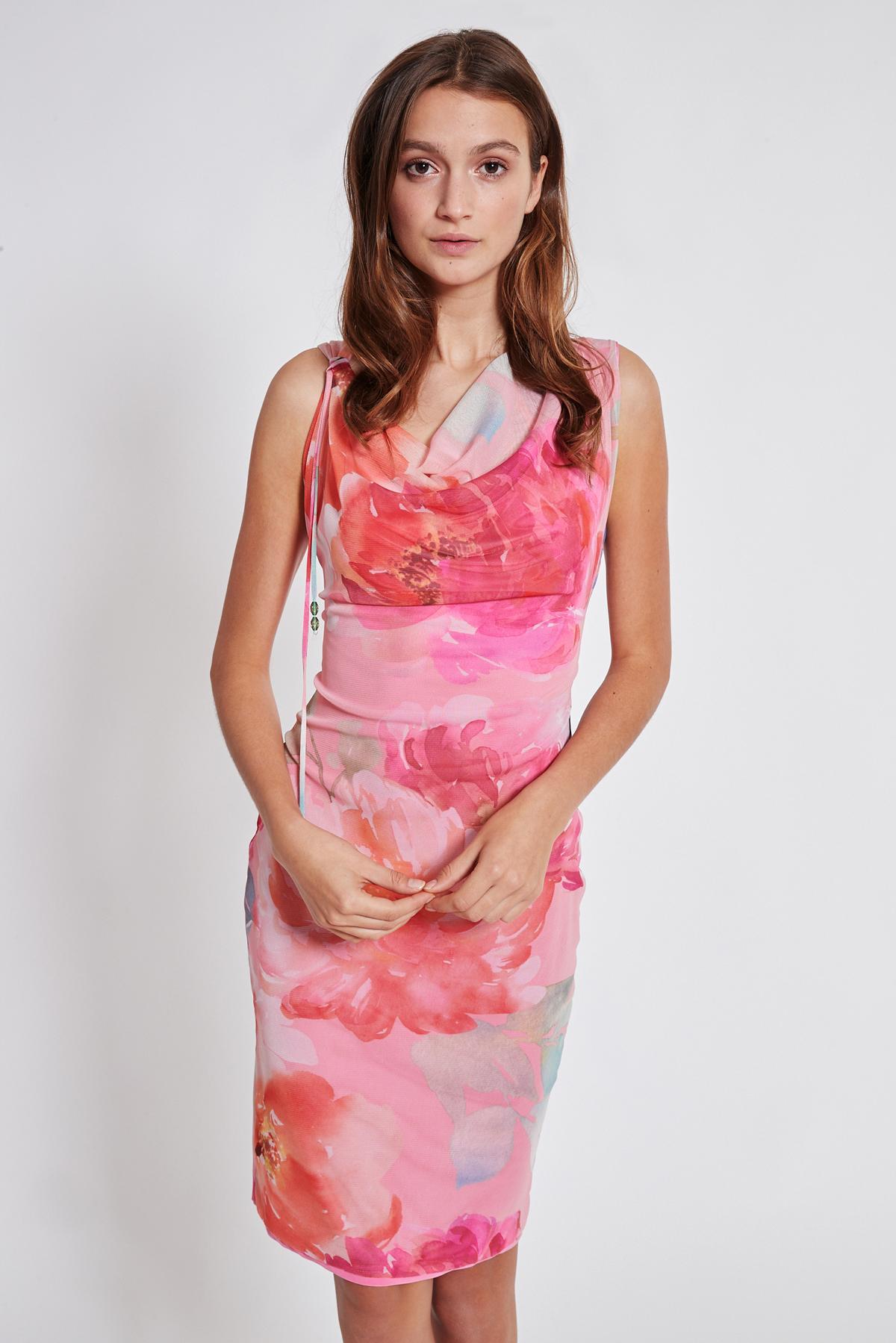 Vorderansicht von Ana Alcazar Wasserfall Kleid Teginy  angezogen an Model