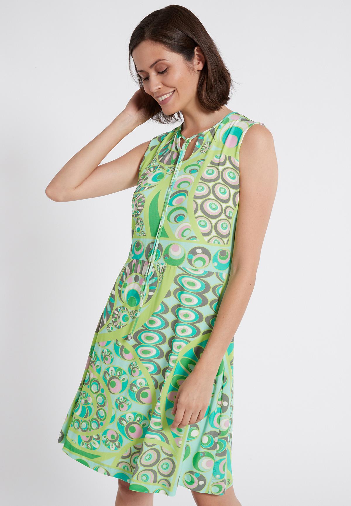 Vorderansicht von Ana Alcazar Schlichtes Kleid Teomy  angezogen an Model