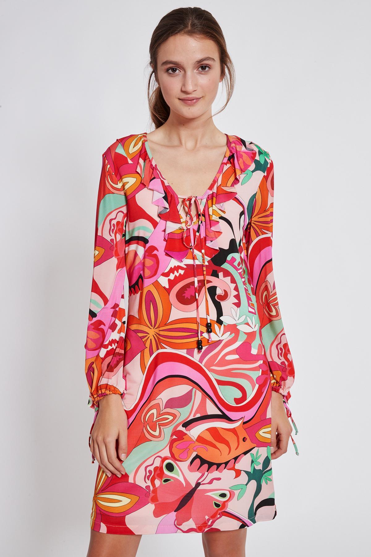 Vorderansicht von Ana Alcazar Volant Kleid Teraly  angezogen an Model