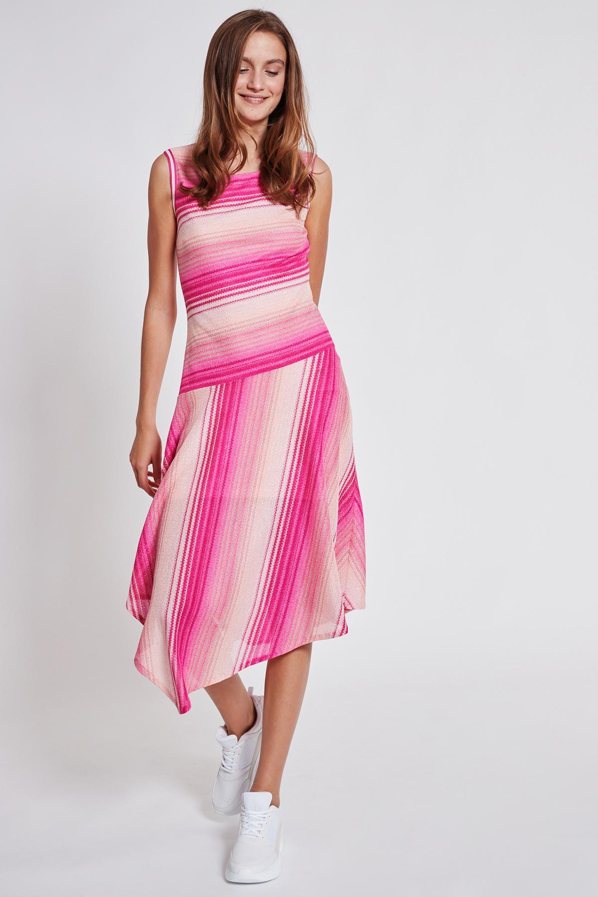Vorderansicht von Ana Alcazar Asymmetrisches Kleid Tosaly  angezogen an Model