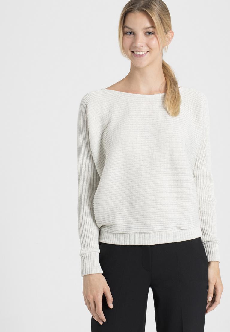 Vorderansicht von Ana Alcazar Fledermaus Shirt Perine Offwhite  angezogen an Model