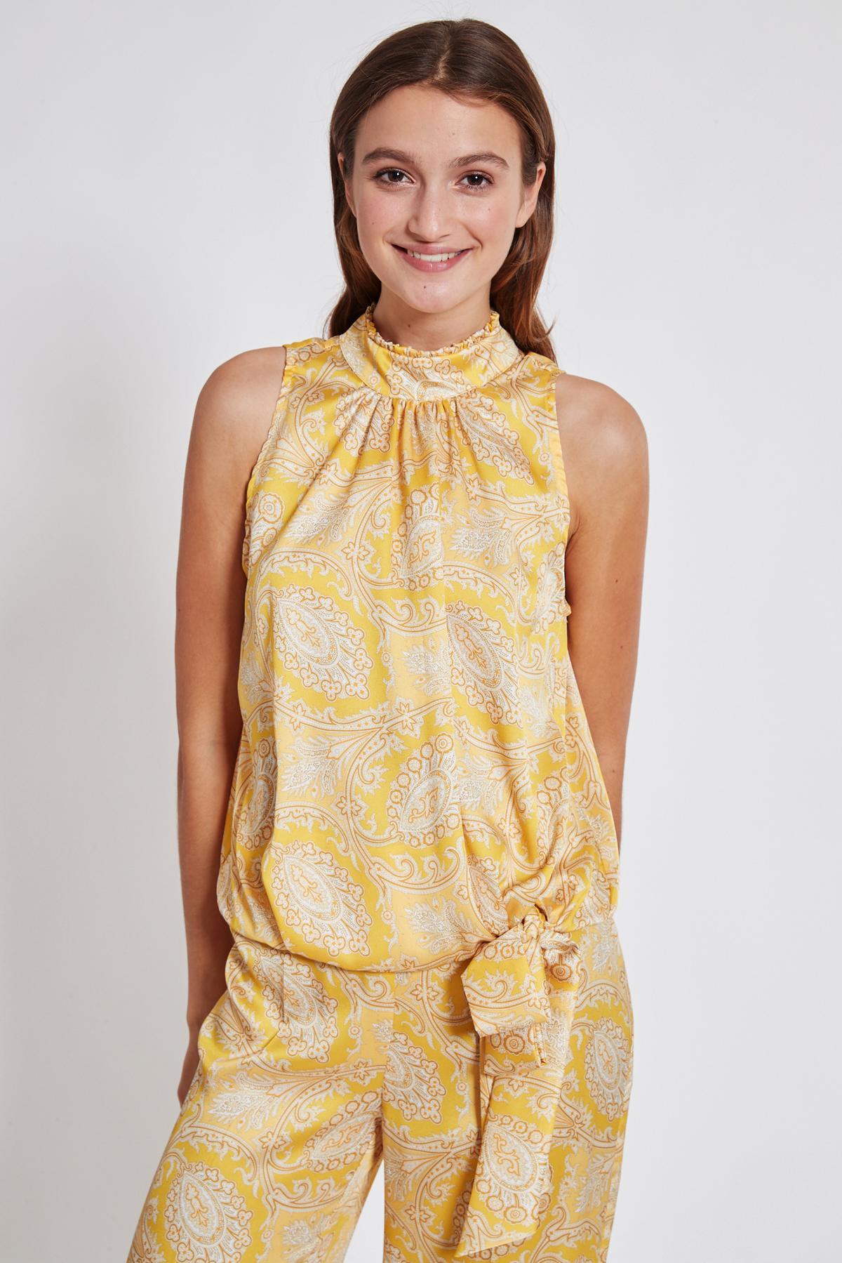 Vorderansicht von Ana Alcazar Paisley Top Tefsinke Gelb  angezogen an Model
